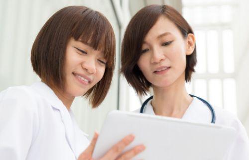 診察する産科医と看護師